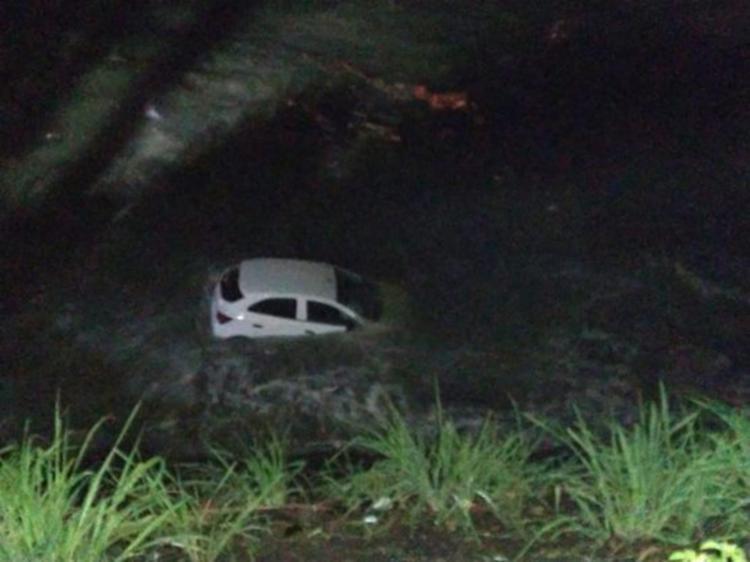 Casal saiu do veículo antes que ele ficasse com uma parte submersa | Foto: Reprodução | Fabio Roberto Notícias - Foto: Reprodução | Fabio Roberto Notícias