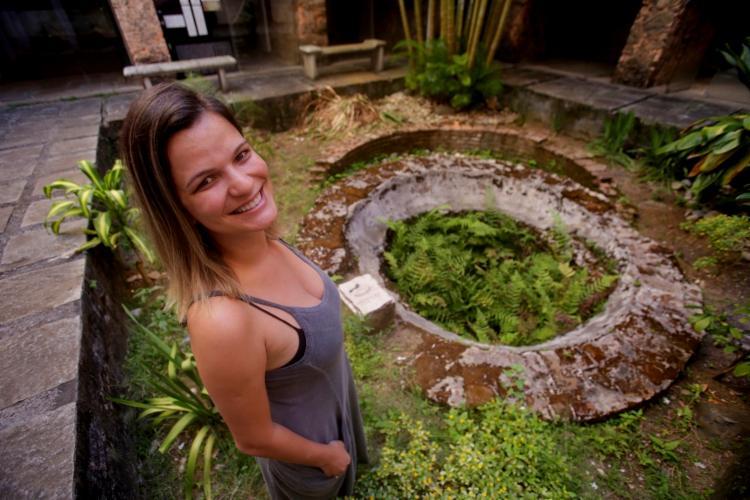 Arqueóloga Tainã Alcântara, no pátio do Museu de Arqueologia e Etnologia da Ufba - Foto: Adilton Venegeroles/ Ag. A TARDE