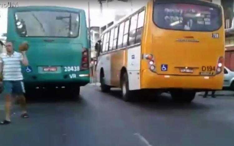 Veículos bloquearam a via   Foto: Reprodução   TV Bahia - Foto: Reprodução   TV Bahia