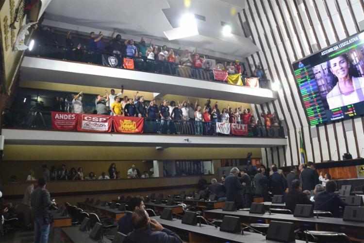 Com gritos de 'não à PEC', servidores protestam contra a aprovação do pacote | Foto: Juliana Andrade | Agência | Alba - Foto: Juliana Andrade | Agência | Alba
