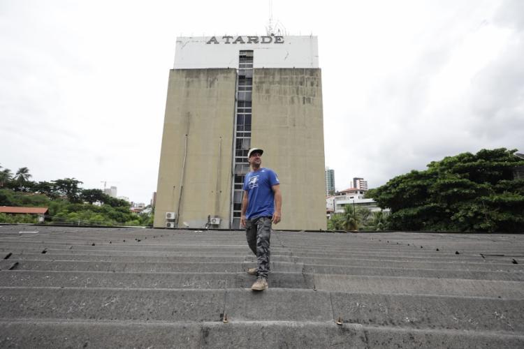 Galvão começa a trabalhar, nesta segunda, na fachada de A TARDE - Foto: Raul Spinassé/ Ag. A TARDE