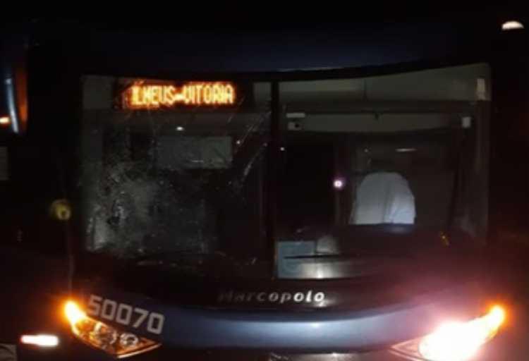 ônibus ficou com parte do vidro quebrado   Foto: Reprodução   Radar 64 - Foto: Reprodução   Radar 64