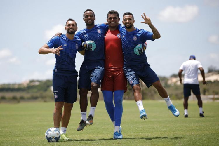 O goleiro Anderson (de vermelho) herdará a vaga de Douglas, suspenso | Foto: Felipe Oliveira | EC Bahia - Foto: Felipe Oliveira | EC Bahia