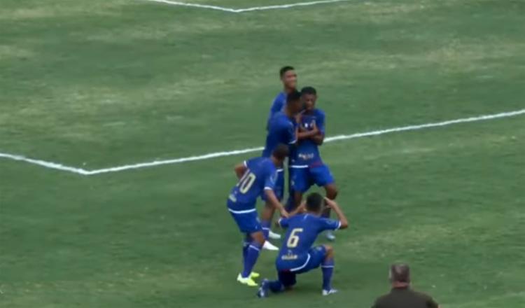 Thiago comemora após abrir o placar para o Esquadrãozinho | Foto: Reprodução | YouTube - Foto: Reprodução | YouTube