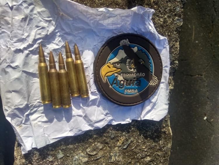 Cinco munições de fuzil, calibre 556, foram encontradas pela Polícia Militar | Foto: Divulgação | SSP - Foto: Divulgação | SSP