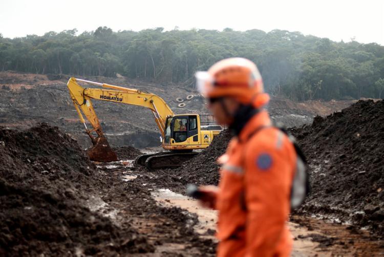 Desde a tragédia, o Corpo de Bombeiros permanece realizando buscas   Foto: - Foto: Douglas Magno   AFP