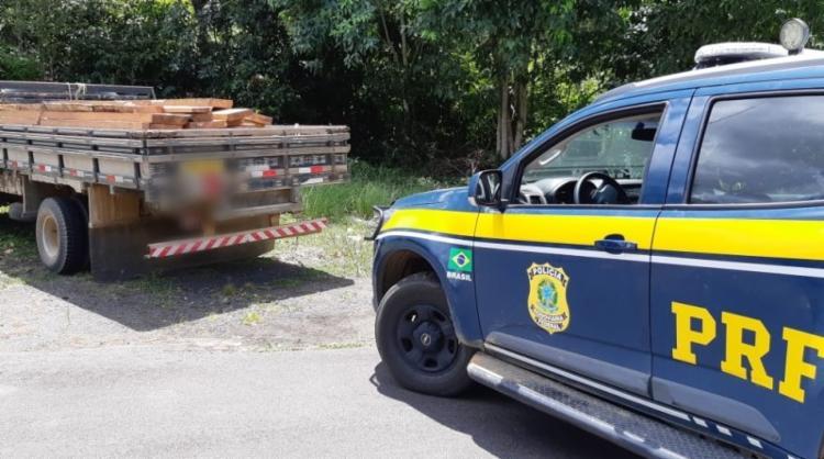 Durante a fiscalização verificou-se que a carga transportada era madeira nativa da mata atlântica | Foto: Divulgação | PRF - Foto: Divulgação | PRF