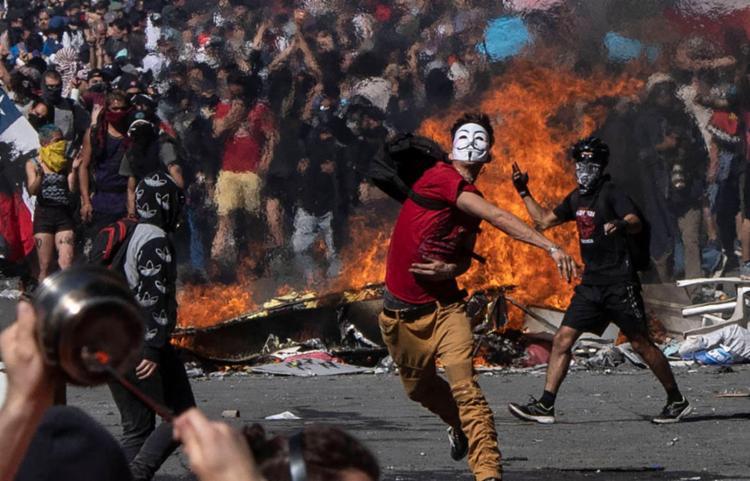 Autoridades informaram que a vítima é um jovem de 22 anos que protestava em uma barricada | Foto: Pedro Ugarte | AFP - Foto: Pedro Ugarte | AFP