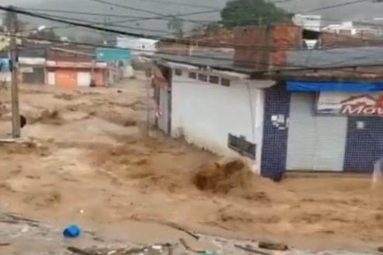 Chuva invadiu casas e estabelecimentos comerciais | Foto: Reprodução | Blog do Anderson - Foto: Reprodução | Blog do Anderson