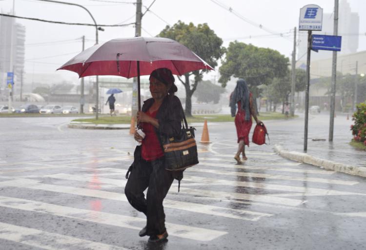 O temporal atinge a capital baiana desde a última segunda-feira, 30 | Foto: Shirley Stolze | A TARDE - Foto: Shirley Stolze | A TARDE