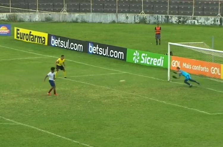 O herói da partida acabou sendo o goleiro do Furacão, que defendeu duas cobranças do Tricolor | Foto: Reprodução | YouTube - Foto: Reprodução | YouTube