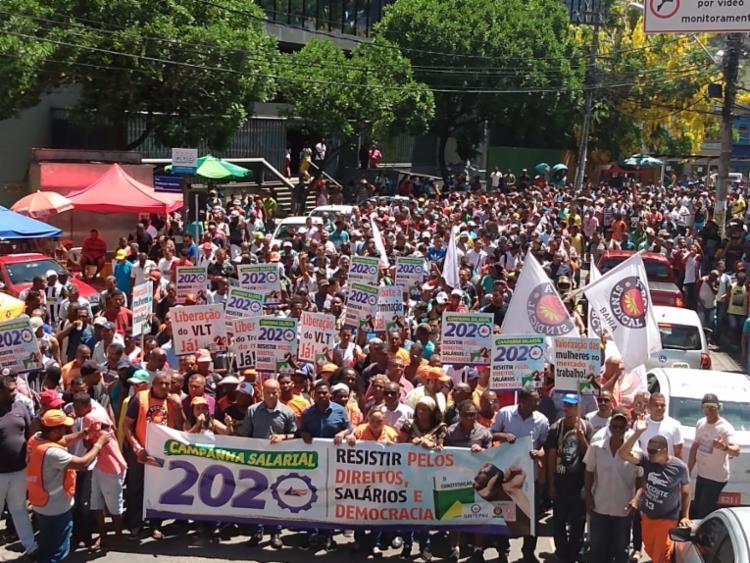 Manifestantes caminham em marcha rumo à Câmara de Vereadores | Foto: Everton Santos | Sintepav