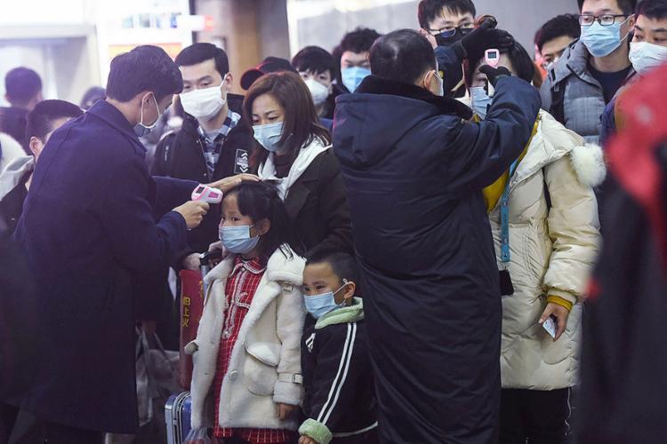 Agentes do aeroporto checam temperatura dos passageiros para identificar suspeitas de infecção | Foto: STR | AFP - Foto: STR | AFP