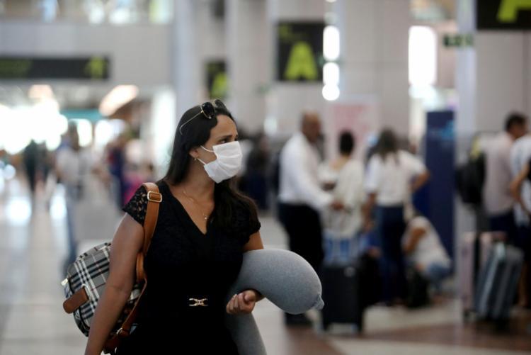 O uso da máscara cirúrgica também é uma alternativa para tentar evitar contágios | Foto: Felipe Iruatã | Ag. A TARDE - Foto: Felipe Iruatã | Ag. A TARDE