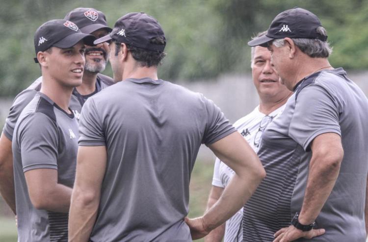Geninho ainda não liderou o treino do dia, e apenas observou o trabalho | Letícia Martins | EC Vitória - Foto: Letícia Martins | EC Vitória