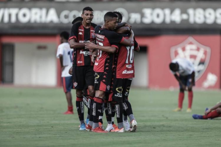 Jogadores comemoram o gol marcado por Alisson Farias | Foto: Uendel Galter | Ag. A TARDE - Foto: Uendel Galter | Ag. A TARDE