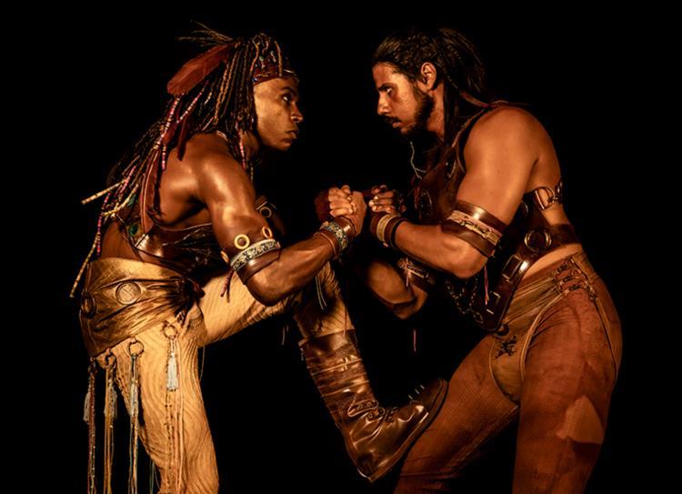 Peça conta o fabuloso encontro entre Krishna (Leandro Villa) e Arjuna (Daniel Farias) | Foto: Flora Negri | Divulgação - Foto: Flora Negri | Divulgação
