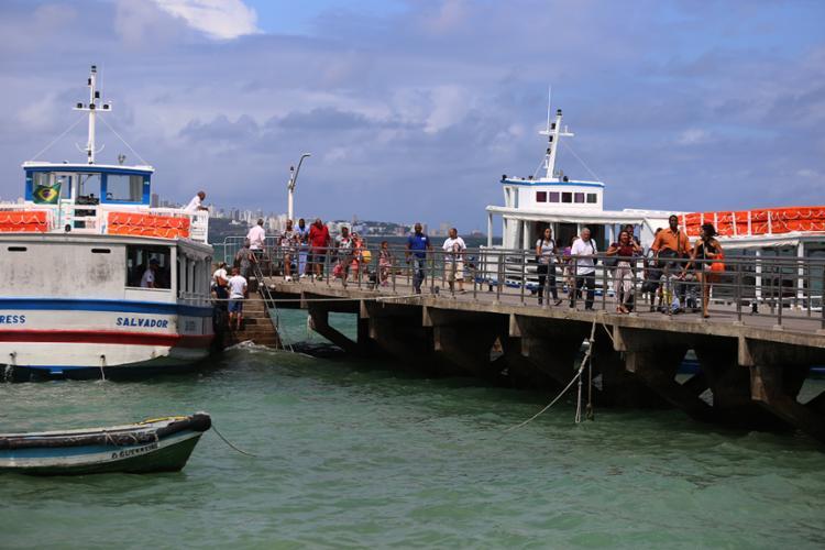Passageiros encontram fila em embarque da travessia Salvador-Mar Grande | Foto: Joá Souza | Ag. A TARDE - Foto: Joá Souza | Ag. A TARDE