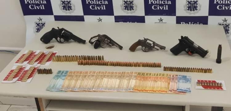 Foram apreendidos três revólveres, uma pistola, dinheiro e munições de diversos calibres   Foto: Divulgação   Ascom-PC - Foto: Divulgação   Ascom-PC