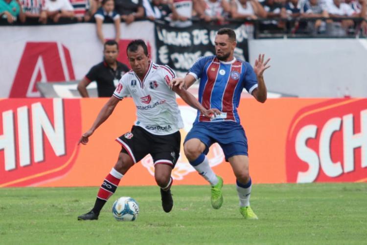 O atacante Gilberto teve boa atuação em campo, mas falhou nas finalizações - Foto: Rafael Melo | Santa Cruz