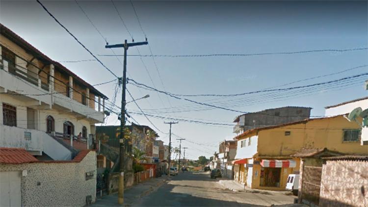 Jovem foi encontrado caído na rua, com ferimentos de tiros | Foto: Reprodução | Google Street View - Foto: Reprodução | Google Street View