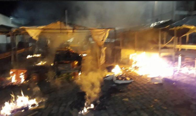 Incêndio destruiu pelo menos 10 barracas da feira livre | Foto: Reprodução | Calila Notícias - Foto: Reprodução | Calila Notícias