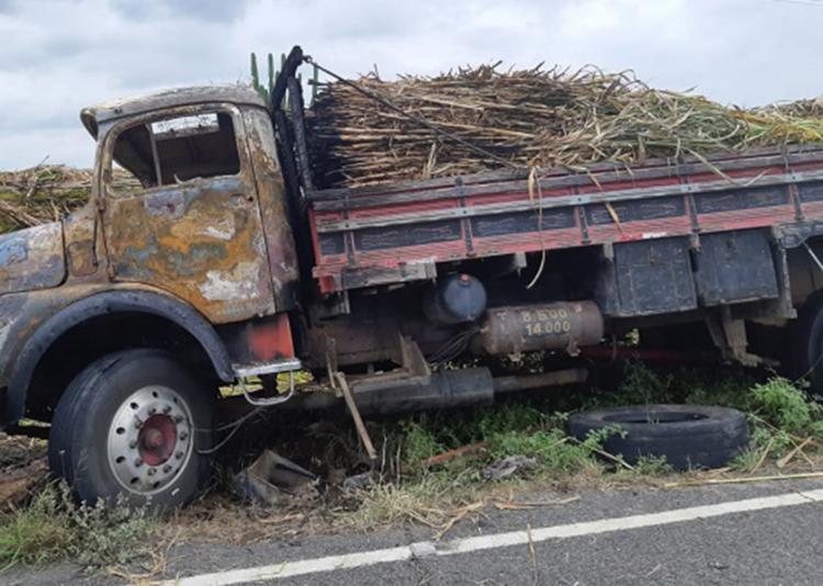 Parte da carga de capim foi destruída | Foto: Reprodução | Notícias de Santa Luz - Foto: Reprodução | Notícias de Santa Luz