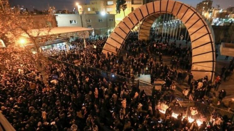 Manifestantes protestam contra autoridades que negaram, inicialmente, ter abatido avião ucraniano | Foto: AFP - Foto: AFP