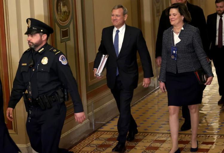 Os senadores devem decidir em um tribunal que tem à frente o presidente da Corte Suprema, John Roberts (centro), sobre as acusações feitas a Trump | Foto: AFP - Foto: AFP