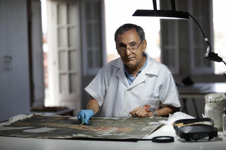 José Dirson restaura uma das obras do acervo do Instituto Geográfico da Bahia - Foto: Adilton Venegeroles / Ag. A TARDE