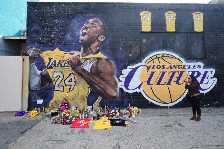 Fãs fizeram homenagem em frente a um mural de Kobe Bryant no centro de Los Angeles | Frederic J, Brown | AFP - Foto: Frederic J. Brown | AFP