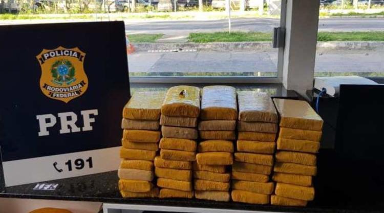 Ppara tentar disfarçar o cheiro da droga, os pacotes estavam cobertos com pó de café | Foto: Divulgação | PRF - Foto: Divulgação | PRF