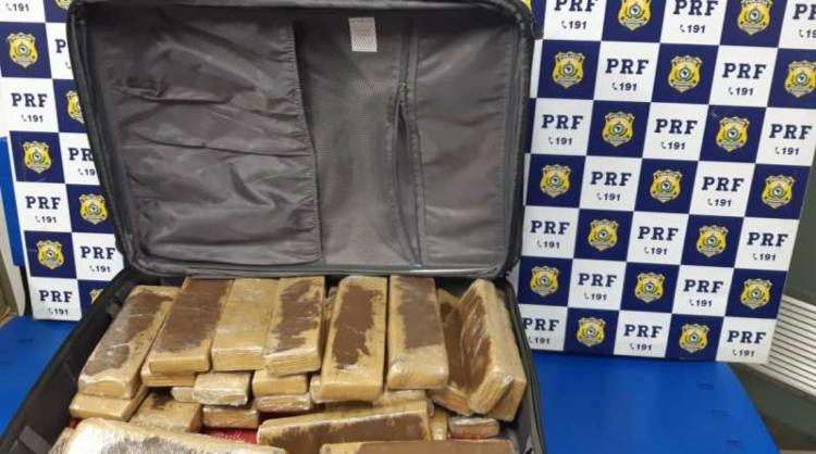 Droga estava escondida no bagageiro do ônibus | Foto: Divulgação | PRF - Foto: Divulgação | PRF