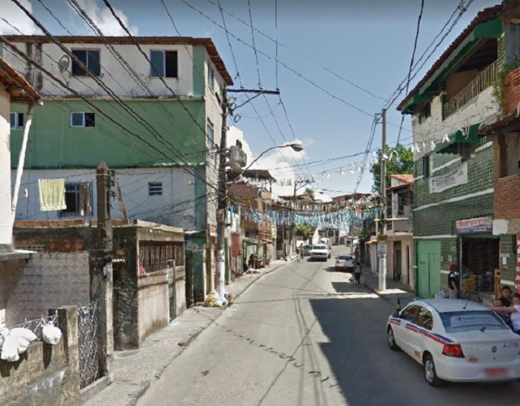 Vítima teve cabelo cortado e sofreu golpe de faca na mão   Reprodução   Google Street View - Foto: Reprodução   Google Street View