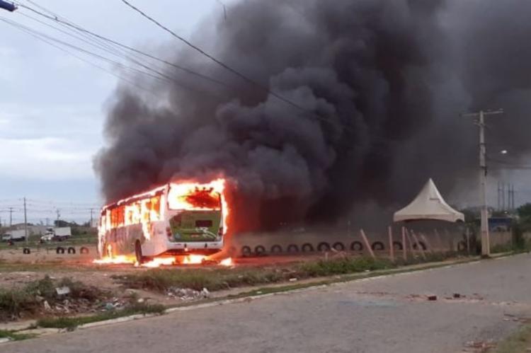 Veículo foi incendiado no bairro Ayrton Senna I Foto: Reprodução   Blog do Anderson - Foto: Reprodução   Blog do Anderson