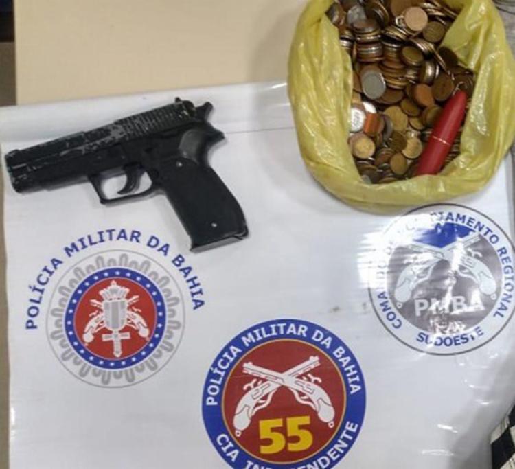 Suspeito tinha arma e mais de R$ 232 em moeda   Foto: Divulgação   PM - Foto: Divulgação   PM