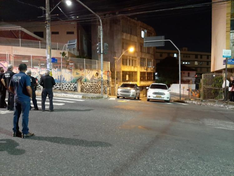 Veículos emparelhados em semáforo | Divulgação SSP
