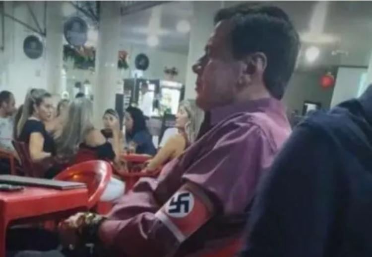 Imagem de homem com braçadeira nazista em um bar de Minas Gerais viralizou nas redes sociais | Reprodução - Foto: Reprodução