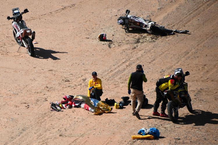 Gonçalves, que pilotava a moto de número 8, sofreu uma queda por volta do km 276 da prova e foi atendido já inconsciente, com uma parada cardíaca   Foto: Franck Fife   AFP - Foto: Franck Fife   AFP