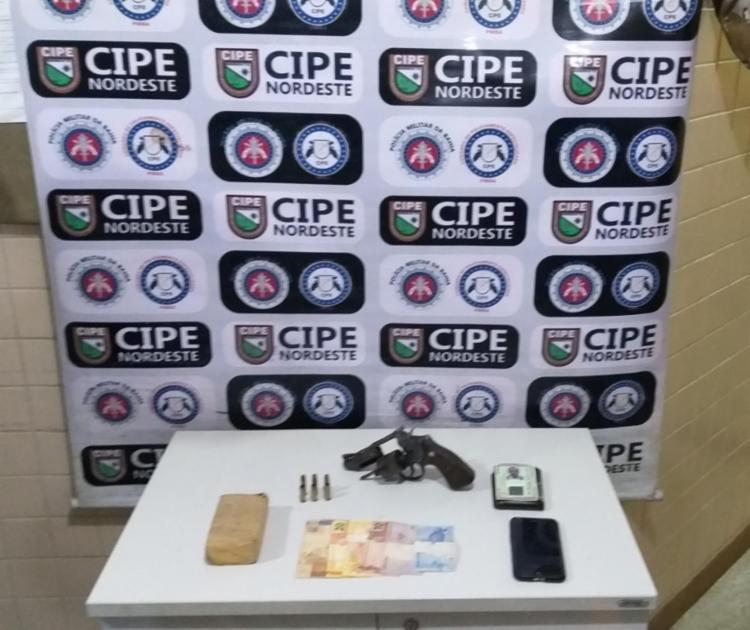 Armas, drogas e dinheiro foram encontrados com o suspeito   Foto: Reprodução   SSP-BA - Foto: Reprodução   SSP-BA