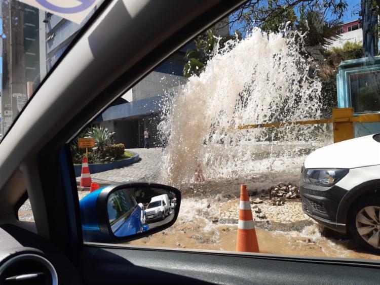 Veículos encontram dificuldades para trafegar pelo local | Foto: Cidadão Repórter | Via WhatsApp - Foto: Cidadão Repórter | Via WhatsApp