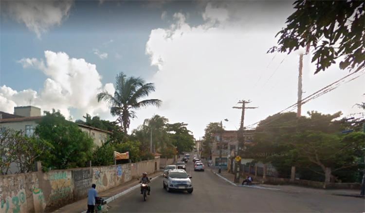 Vítima foi encontrado dentro de carro com ferimento de tiros   Foto: Reprodução   Google Street View - Foto: Reprodução   Google Street View