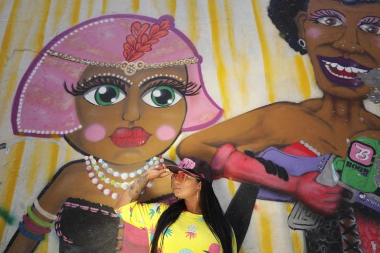 Monica Reis e seu desenho em homenagem às Muquiranas