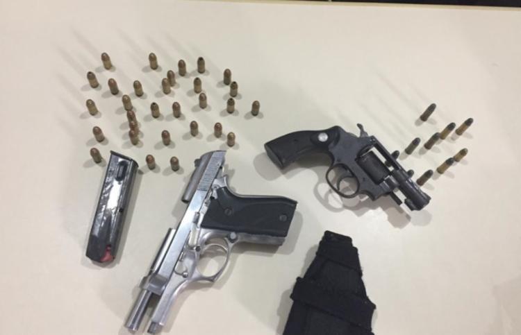 Com a dupla, a polícia encontrou armas e munições   Foto: Divulgação   SSP - Foto: Divulgação   SSP