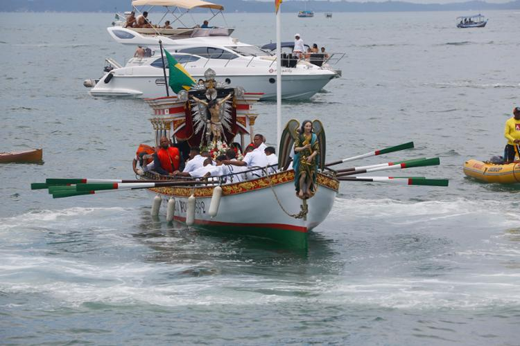 Fiéis e devotos lotaram Ponta do Humaitá para acompanhar a procissão marítima   Foto: Rafael Martins   Ag. A TARDE - Foto: Rafael Martins   Ag. A TARDE