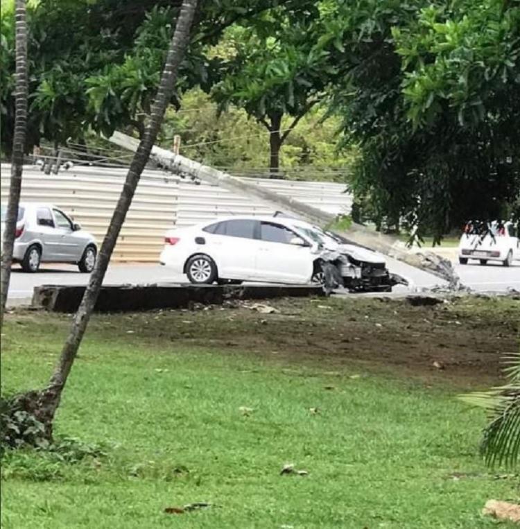 Poste caiu após ser atingido por um carro | Divulgação | Transalvador - Foto: Divulgação | Transalvador
