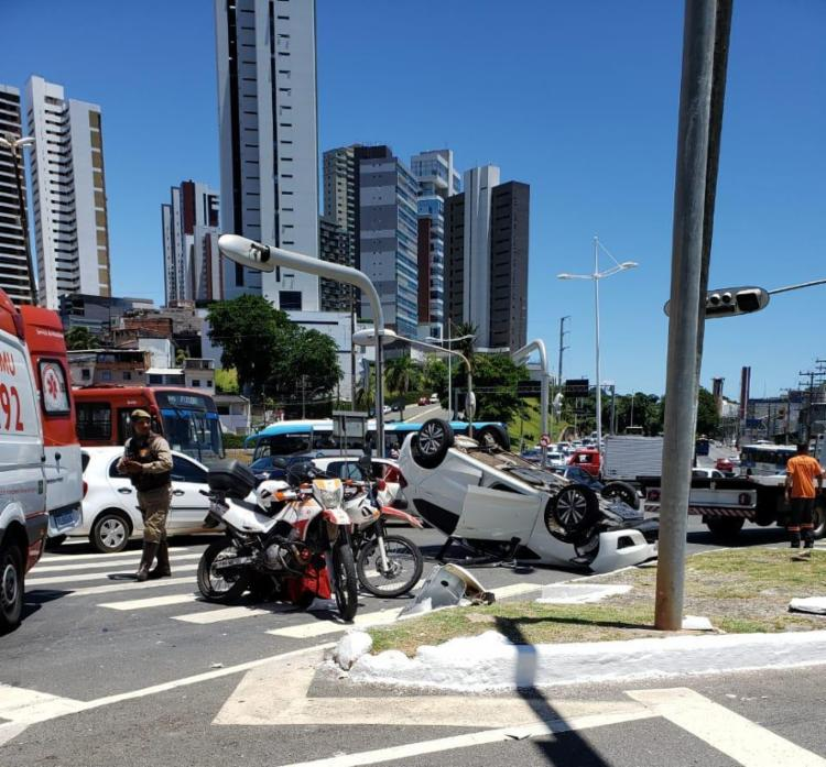 Carro ficou atravessado na via | Foto: Cidadão Repórter | Via WhatsApp - Foto: Cidadão Repórter | Via WhatsApp