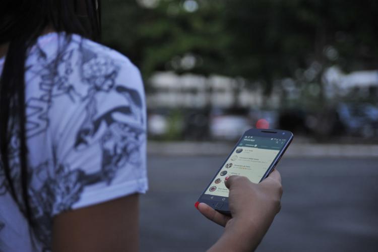 Usuários do aplicativo dizem que não conseguem encaminhar arquivos | Foto: Felipe Iruatã | Ag. A TARDE - Foto: Felipe Iruatã | Ag. A TARDE