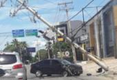 Carro bate em poste na Estrada do Coco e causa engarrafamento na Av. Paralela | Foto: Cidadão Repórter | Via Whatsapp