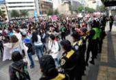 Mulheres mexicanas protestam no palácio presidencial após feminicídio brutal | Foto: